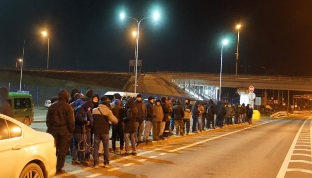 Україна розслідує незаконне затримання 120 кримських татар на Керченському мосту
