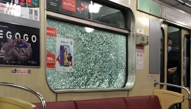 Хулігани розбили вікна у чотирьох поїздах столичного метро