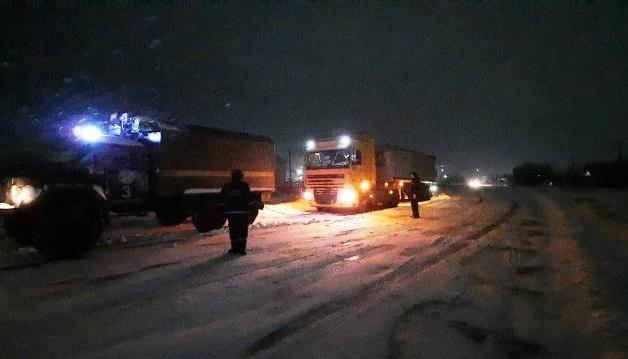 Из снежных заносов на Херсонщине вытащили 18 грузовиков