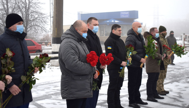 Командование ООС почтило память жертв теракта под Волновахой