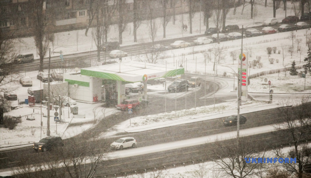 Через снігопад у Києві - уже понад півтори сотні ДТП