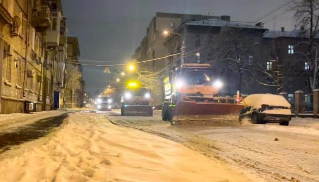 Дороги Києва вночі чистили від снігу понад 413 машин