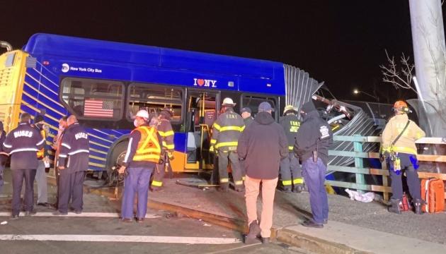 У Нью-Йорку автобус вилетів з естакади та повис, переламавшись навпіл