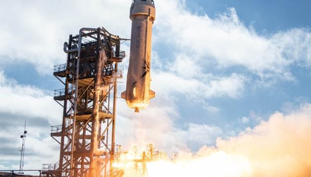 Компанія Безоса планує на квітень рейс із космічними туристами – ЗМІ