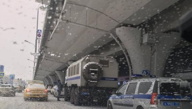 Возвращение Навального в РФ: в аэропорту уже дежурят автозаки