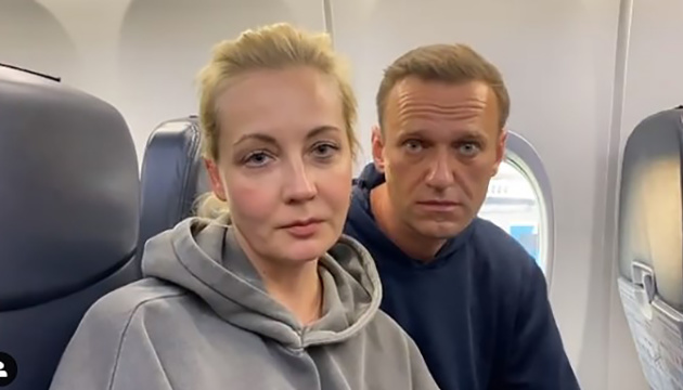 Самолет с Навальным встречают сотни активистов и журналистов, рейс задерживается