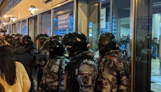 Возвращение Навального: во «Внуково» задерживают журналистов