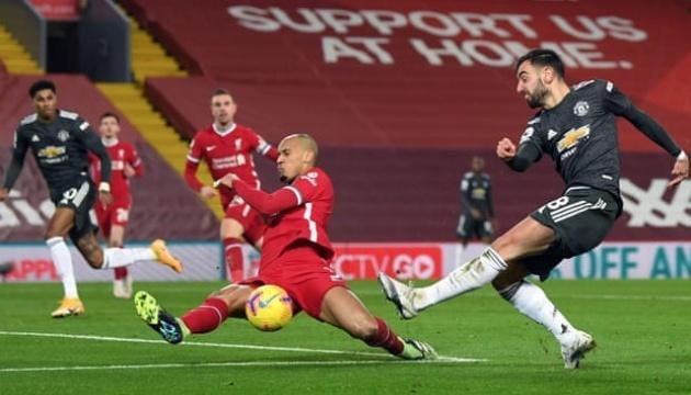 «МЮ» сыграл вничью с «Ливерпулем» и остался на первом месте АПЛ