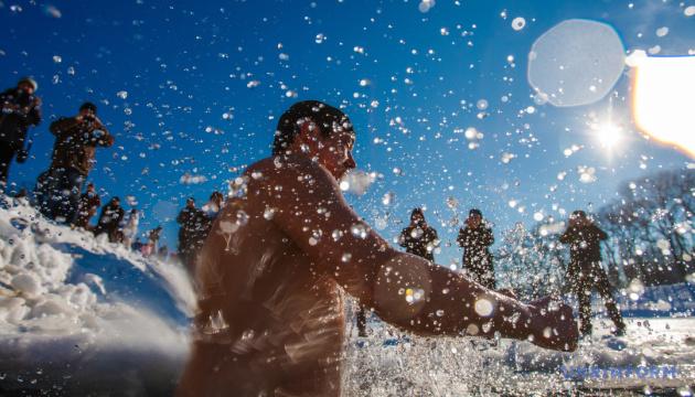 «Буковель» скасував водохресний Фестиваль моржів, але купатися гостям дозволять