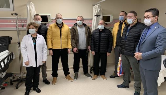 Врятованих із затонулого судна українських моряків виписали з лікарні в Туреччині