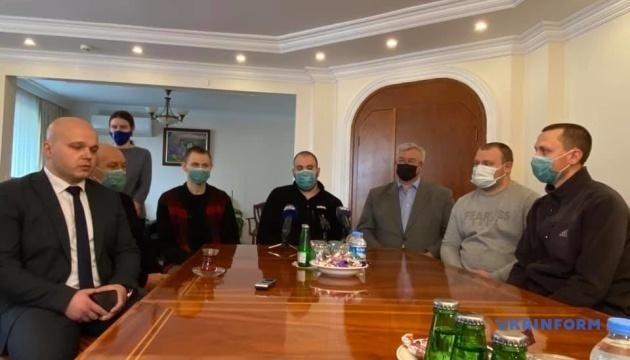 Marineros ucranianos rescatados del carguero Arvin llegan a Ankara