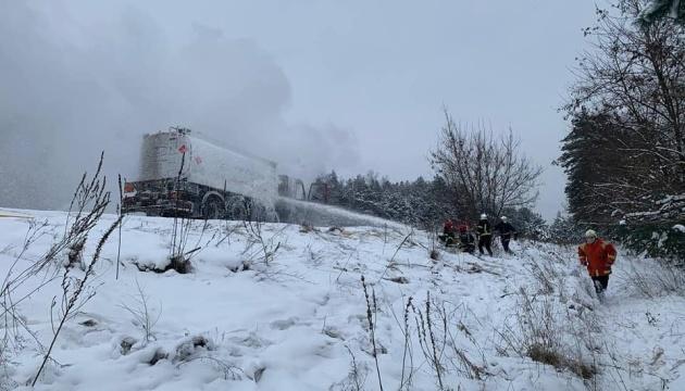 На Рівненщині під час руху загорілася цистерна з бензином