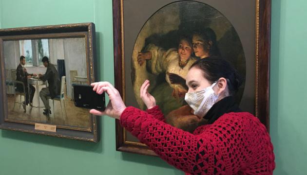 Как работники Полтавской галереи искусств отмечают день музейного селфи без посетителей