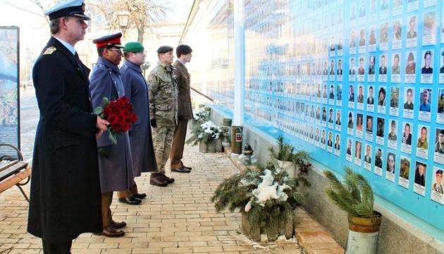 Британські дипломати вшанували пам'ять загиблих «кіборгів»