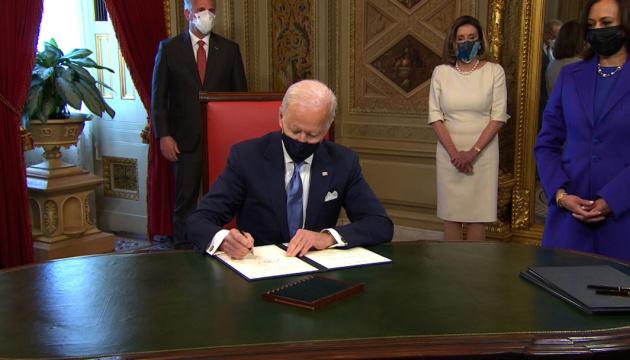 Байден подписал первые три распоряжения на посту президента США