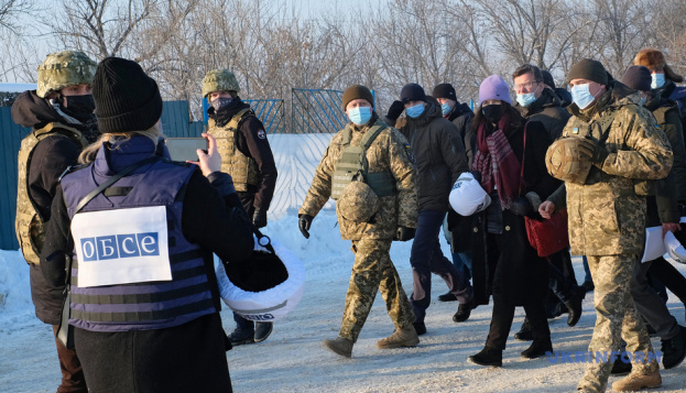 OSCE Chairperson-in-Office visits Zolote checkpoint in Donbas