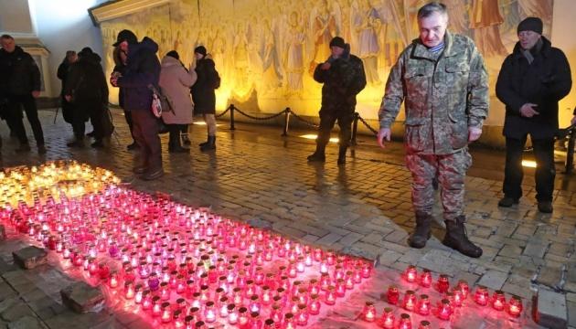 У Києві вшанували «кіборгів» та запалили свічки пам'яті