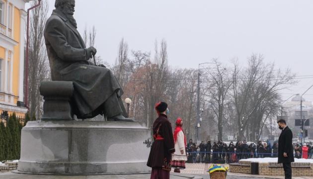 Керівники держави поклали квіти до пам'ятника Грушевському