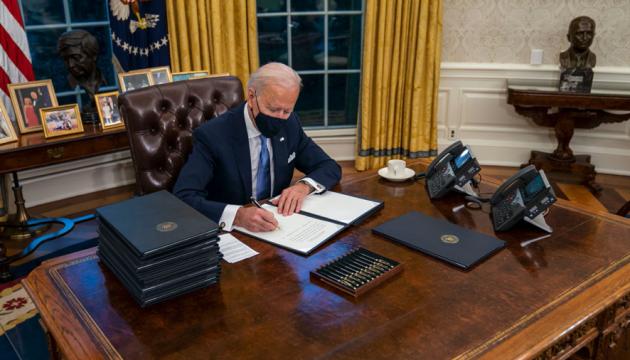 Байден прибрав з кабінету кнопку, якою Трамп замовляв колу