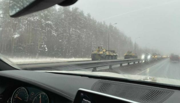СМИ сообщают о колонне бронетехники на подъездах к Москве