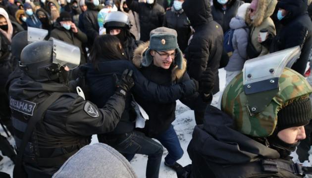 На акциях протеста по всей России задержали больше тысячи человек