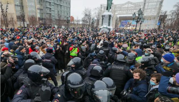 Протести в РФ: у Москві та Петербурзі стоять черги автозаків із затриманими