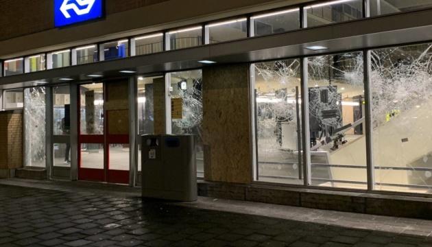 «Карантинні» протести у Нідерландах переросли в нічні погроми