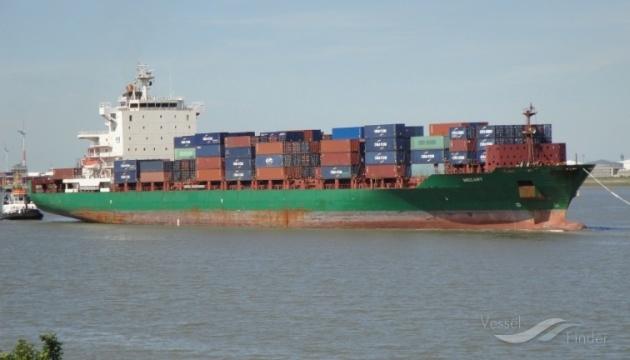 К берегам Габона пригнали корабль с 15 заложниками, который атаковали пираты