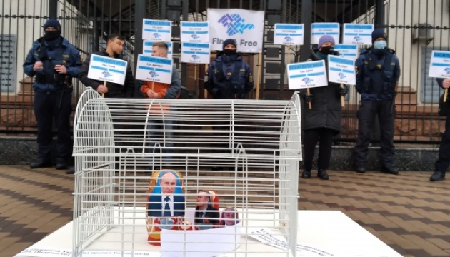 КримSOS нагадала під посольством РФ у Києві про зникнення 44 осіб