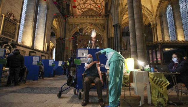 Прививки под органную музыку: собор в Солсбери стал центром COVID-вакцинации