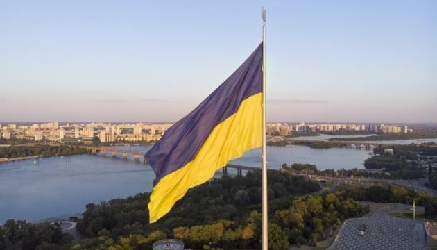 В Киеве приспустят главный флаг из-за сильного ветра