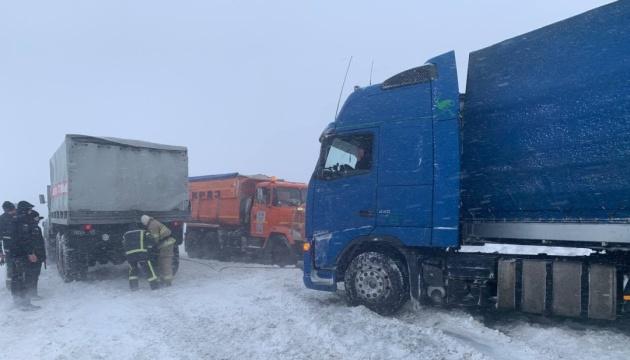 Последствия снегопада: на трассе Одесса-Рени до сих пор ограничено движение