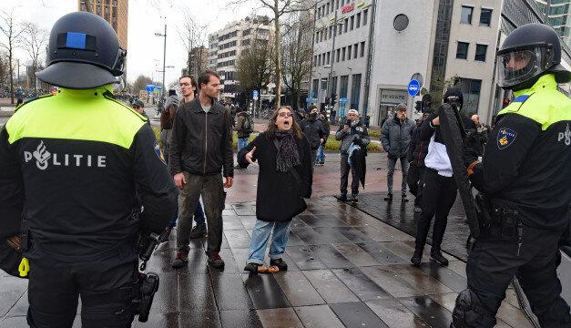 Протестувальників у Нідерландах допомагали вгамовувати футбольні фани і волонтери