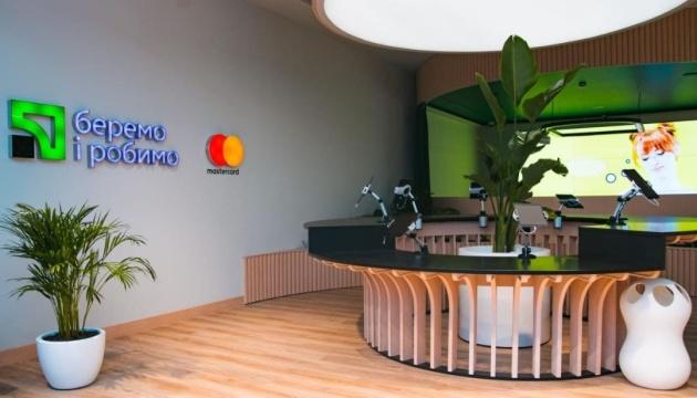 ПриватБанк открыл в Киеве первое в Украине цифровое банковское отделение