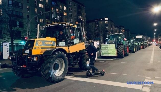 Несколько тракторов «оккупировали» Берлин