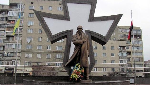 Франковские депутаты требуют вернуть Бандере и Шухевичу звания Героев Украины