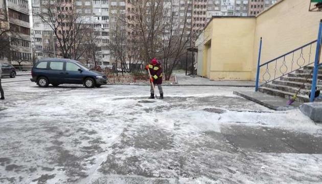 В столице штрафуют предпринимателей за неубранный снег