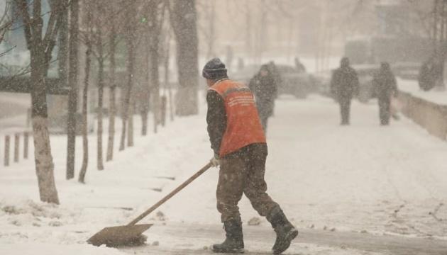 Сильный снег и ветер: в некоторых областях ухудшается погода