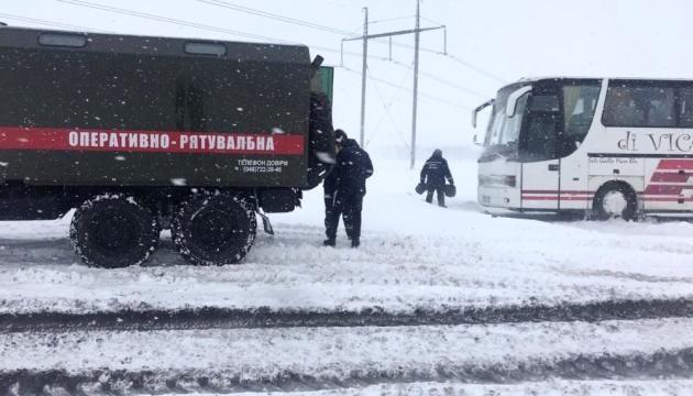 На Одещині у снігових переметах застрягли близько сотні вантажівок