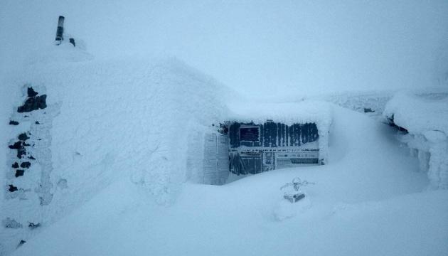 На горе Поп Иван выпало больше метра снега
