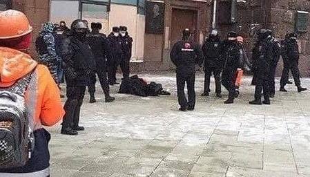 У центрі Москви чоловік вчинив самопідпал. Відео 18+