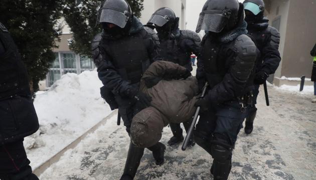 ЄС засуджує жорстокість Росії щодо учасників протестів та масові арешти