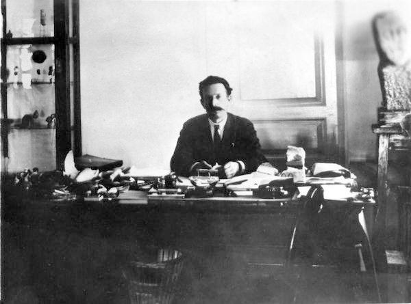 відомий на Полтавщині археолог і колекціонер Федір Іванович Камінський у музейному кабінеті