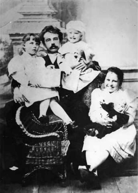 учитель Сергій Кульжинський зі своїми учнями Наталею, Ігорем та Ольгою Скаржинськими, 1895-1896 рр.