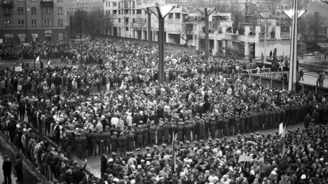 Кордон литовської поліції, який розділяє мітингувальників у Верховної Ради Литви у Вільнюсі, 12 січня 1991 року