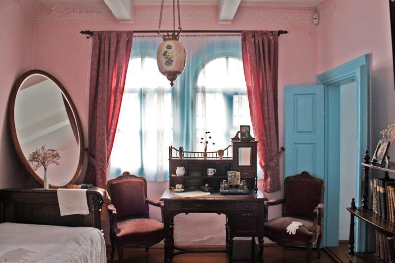 рожева кімната у білому будинку, що одночасно слугувала і спальною, і робочим кабінетом Лесі Українки.