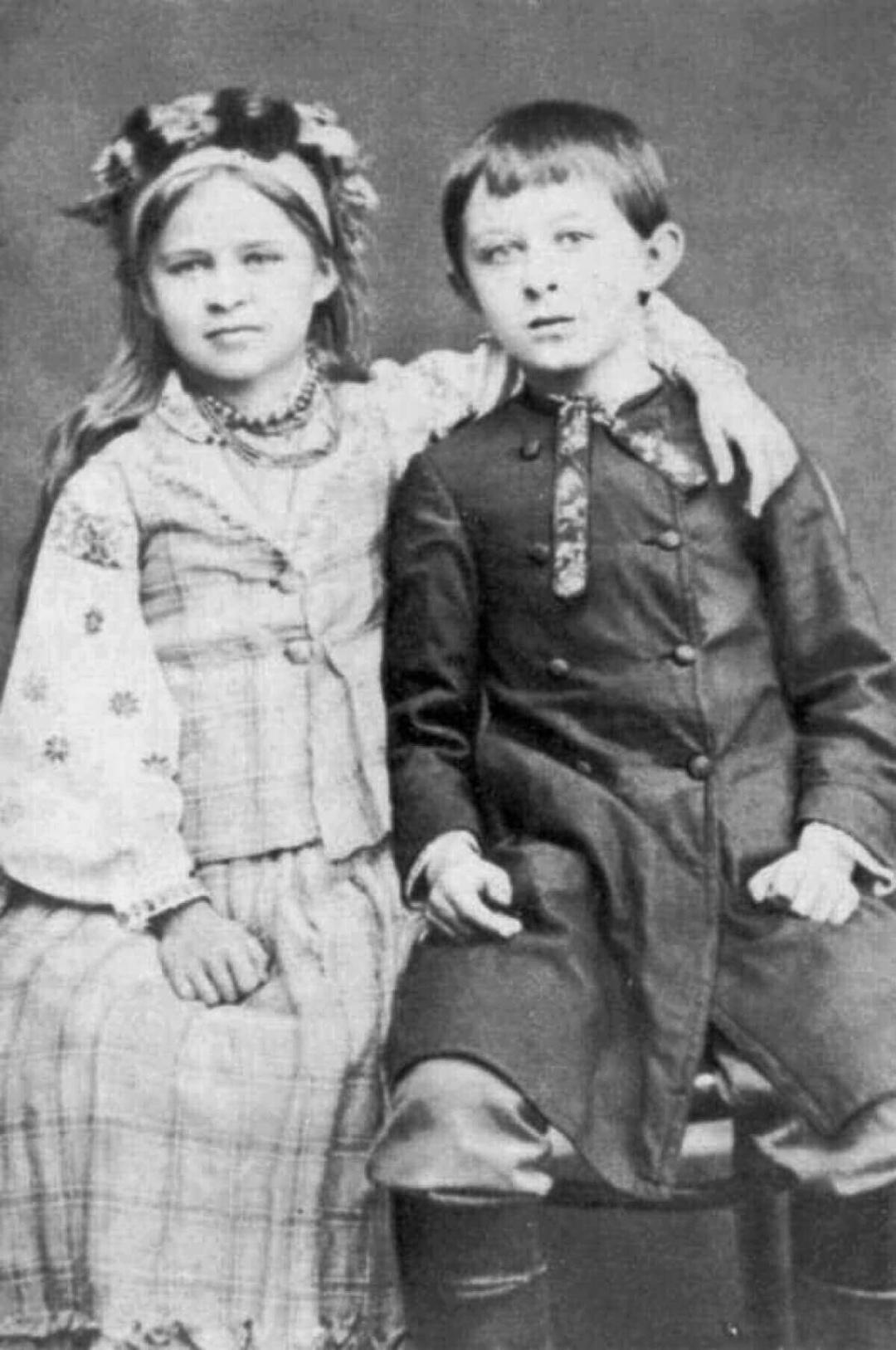 Мишолосія, як ніжно рідні називали брата і сетру - Михайлика та Лесю, що були просто нерозлийвода, 1880-1881 рр. А