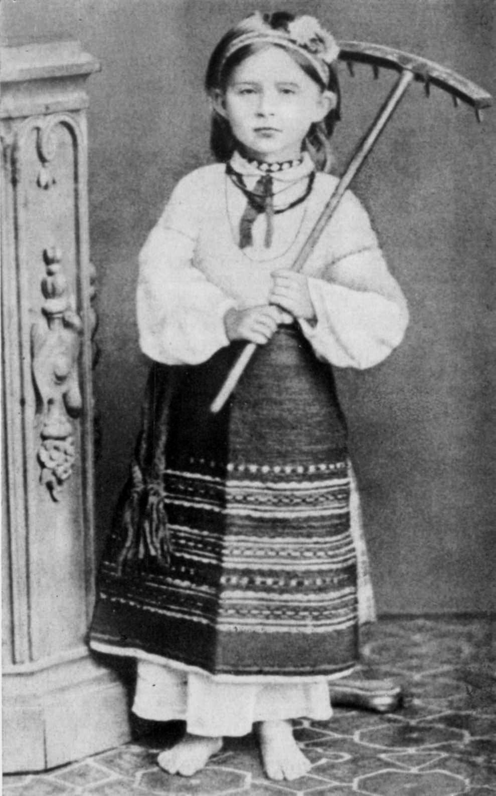 Леся Українка у волинському народному вбранні. 1878-1879 рр.