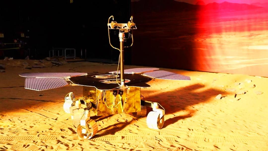 """випробування марсоходу """"Тяньвень-1"""" у Китайській академії космічних технологій на імітованому марсіанському ландшафті а"""