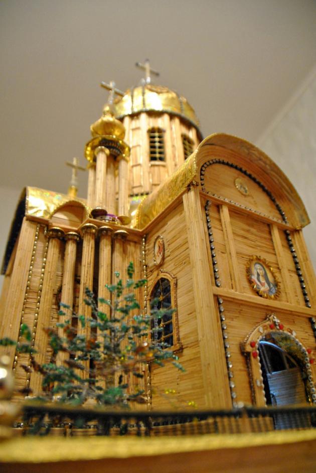 Харків'янин 22 роки робив макет храму із сірників, бісеру та золота_1